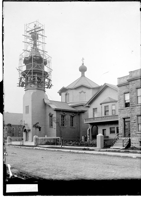 Construction of the bell tower of Holy Trinity Cathedral in Chicago, 1905
